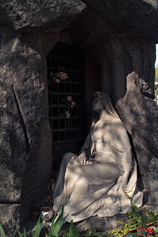 Cave tomb at Pere Lachaise
