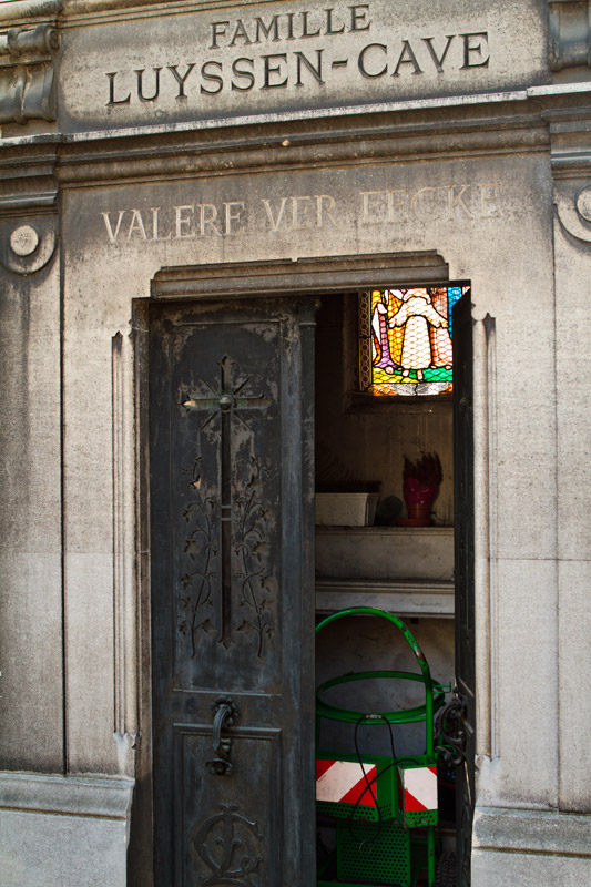 Abandoned crypt at Pere Lachaise, now used for gardening